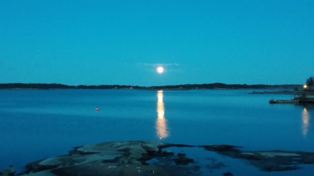 Månen speiler seg i sjøen