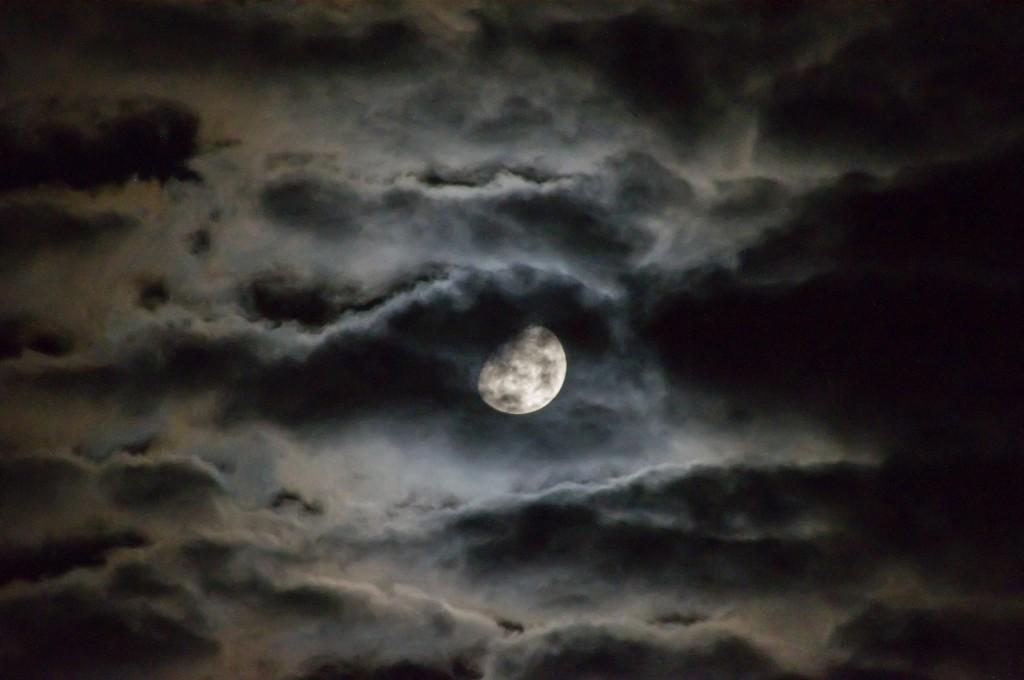 Månen bak skyer
