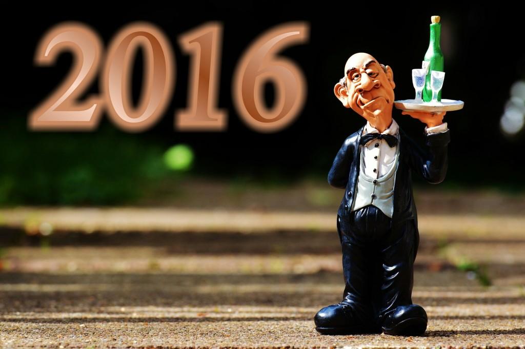 Figur av hovmester med brett med glass og årstall 2016