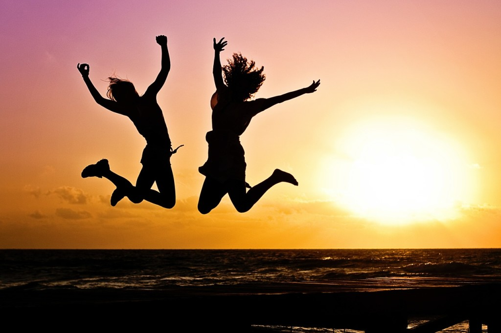 Hoppende glade mennesker