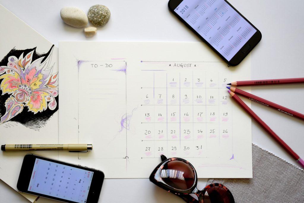 Månedsplanlegger for august og telefoner, blyanter og solbriller, m.m.