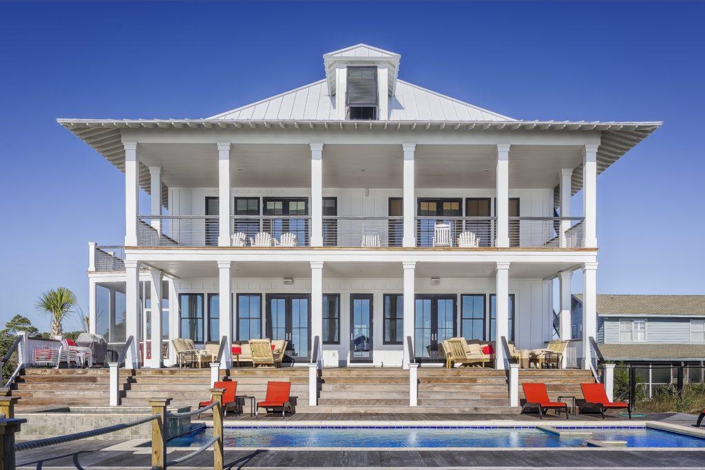Et ekstra flott hus i to etasjer, med svømmebasseng foran. Sier du: Jeg misunner deg! til den som har det?