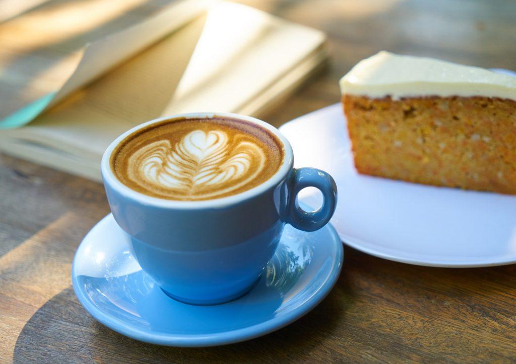 Nye vaner er smart om du vil slanke deg, og du vanligvis drikker kaffe og spiser kake om ettermiddagen... Bilde av cappuccino og kake.