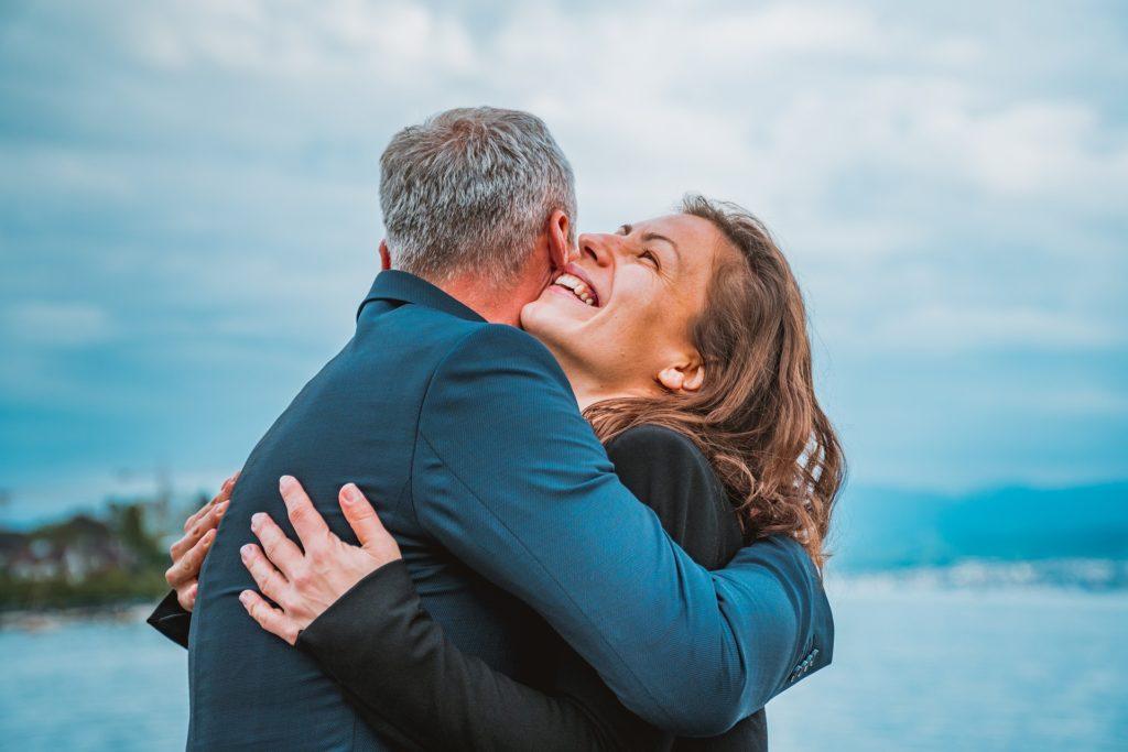 En kvinne og en mann som gir hverandre en god klem. Da kan man kjenne at man er en del av alt, og motsatt.