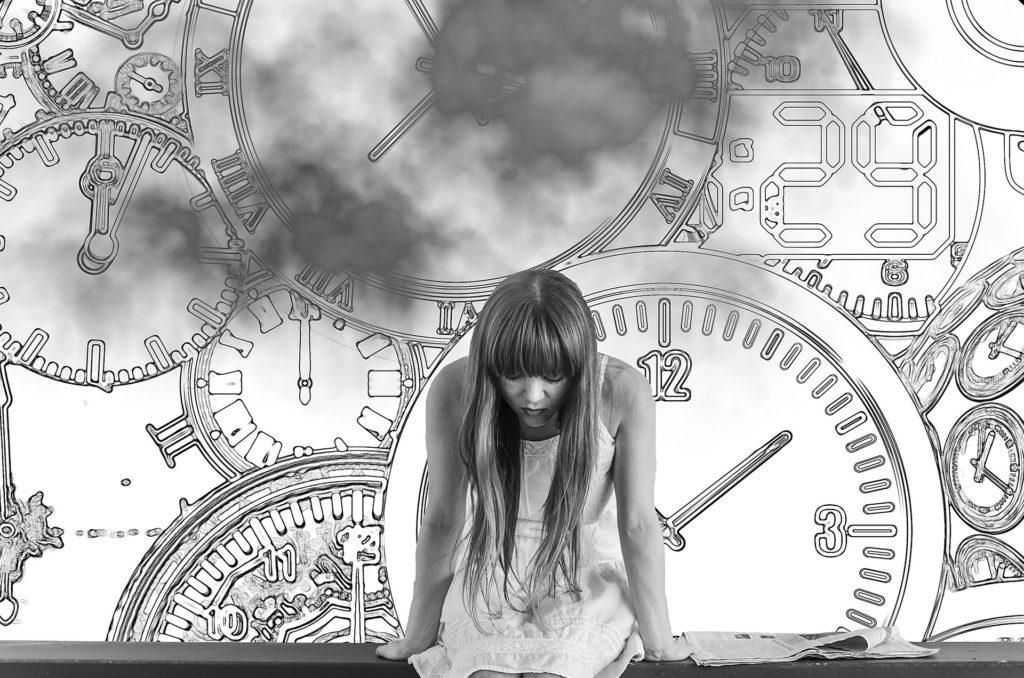 Sort-hvitt-bilde av kvinne som er bøyd fremover, og tegning av mange klokker bak henne. Symbol på at den dårlige tiden overvelder oss.