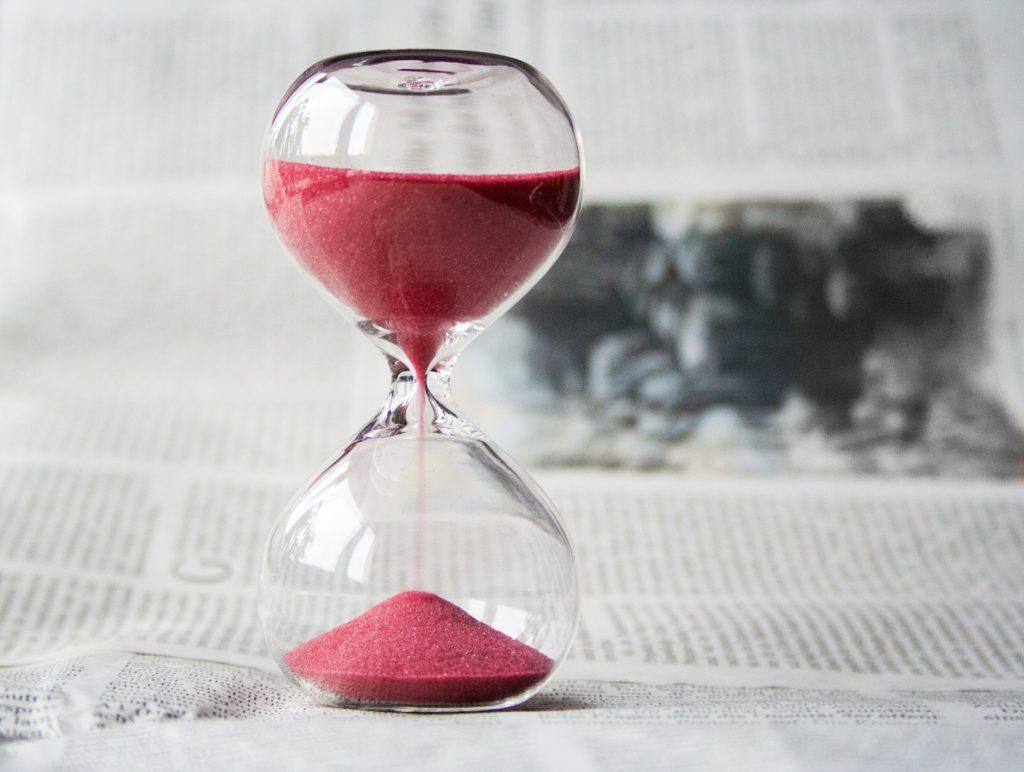 Timeglass der sanden renner ned. Symbol på at vi kan ta oss en pause når vi føler oss tomme.