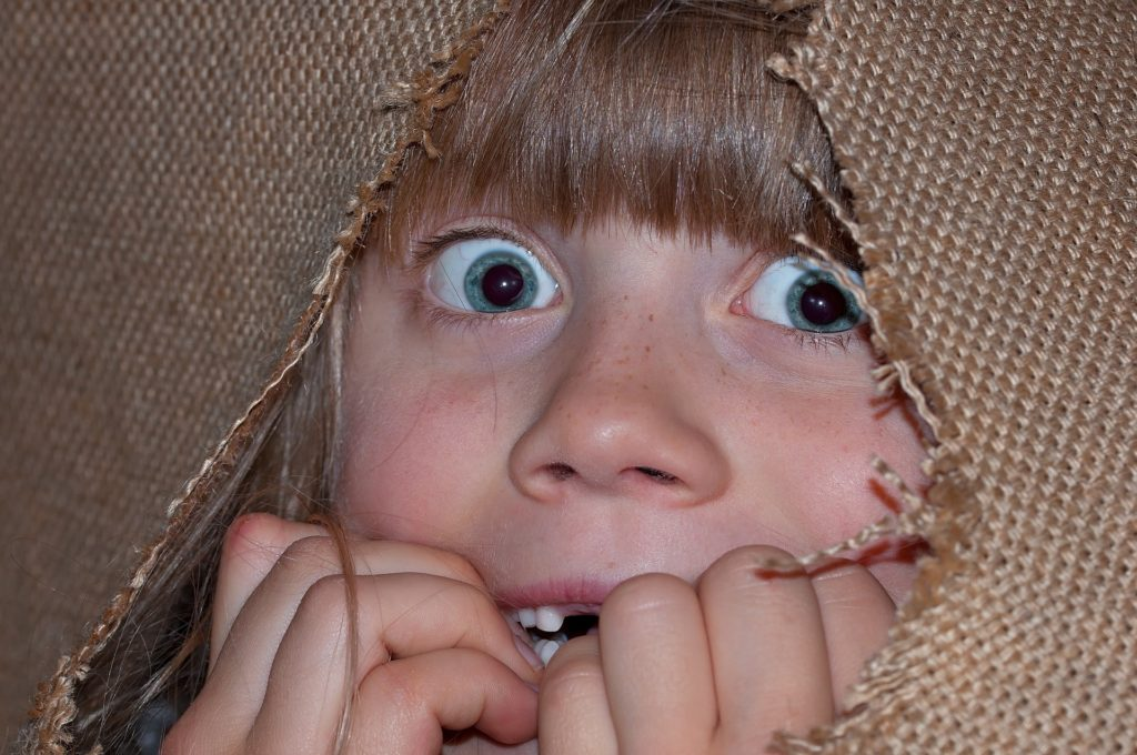 Barn som gjemmer seg og er redd.